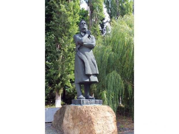 Памятник Евдохе Лысенко.