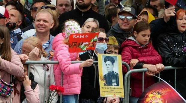 Военный парад в Симферополе собрал 3,5 тыс зрителей