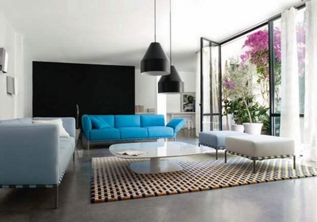 диван голубого цвета в интерьере