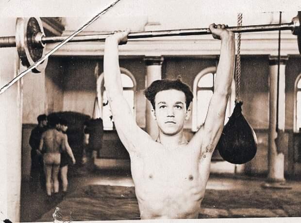 На тренировке в Доме спорта. Днепропетровск, 1954 г. Фото из личного архива Иосифа Кобзона