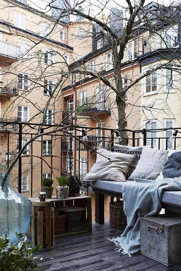Атмосферу на балконе можно просто и быстро преобразить благодаря осенним мотивам.