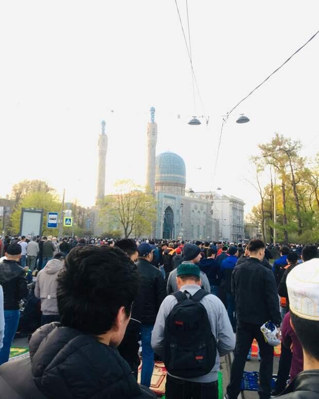Мусульмане отпраздновали Ураза-байрам. У Соборной мечети в Петербурге утром собрались сотни людей