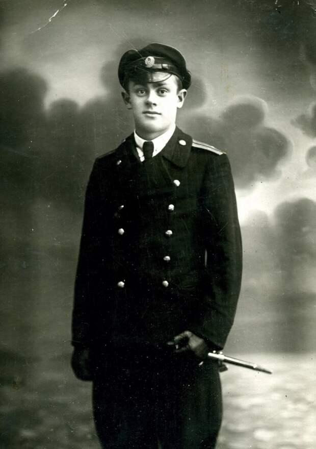 Офицер с кортиком.