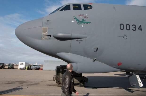 """Второй снятый с хранения B-52H Stratofortress """"Wise Guy,"""" во время предполетной подготовки на авиабазе Тинкер , штат Оклахома, 5 .марта, 2021"""