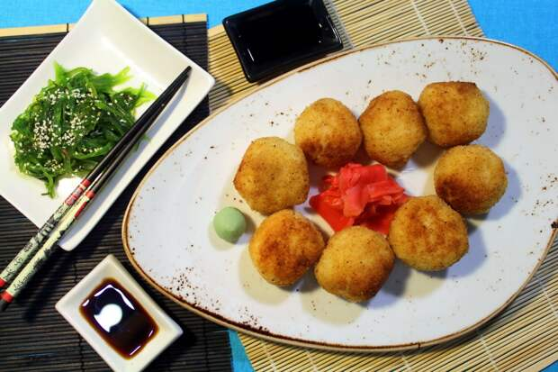 Рисовые шарики с креветками в кляре. Рецепт на тему японской кухни.
