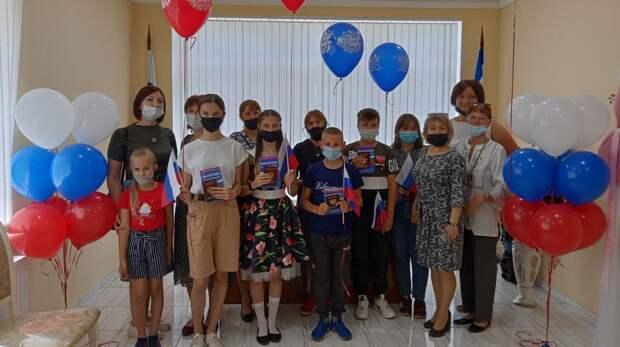 В отделах ЗАГС прошли вручения первых паспортов юным крымчанам