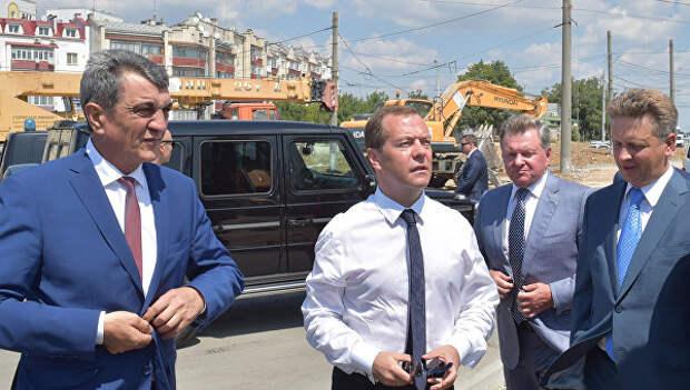 В Севастополе ревизор! Сотрудники Госавтоинспекции стоят вдоль дороги, рабочие нервно подкрашивают бордюры (фото)