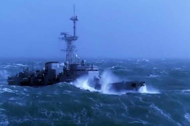Военные корабли вышли в море в идеальный шторм: видео