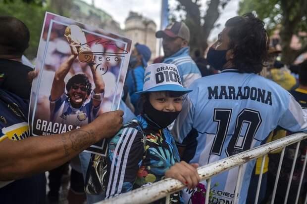 Друг Марадоны уверяет, что легендарный футболист к концу жизни все раздал и умер в бедности