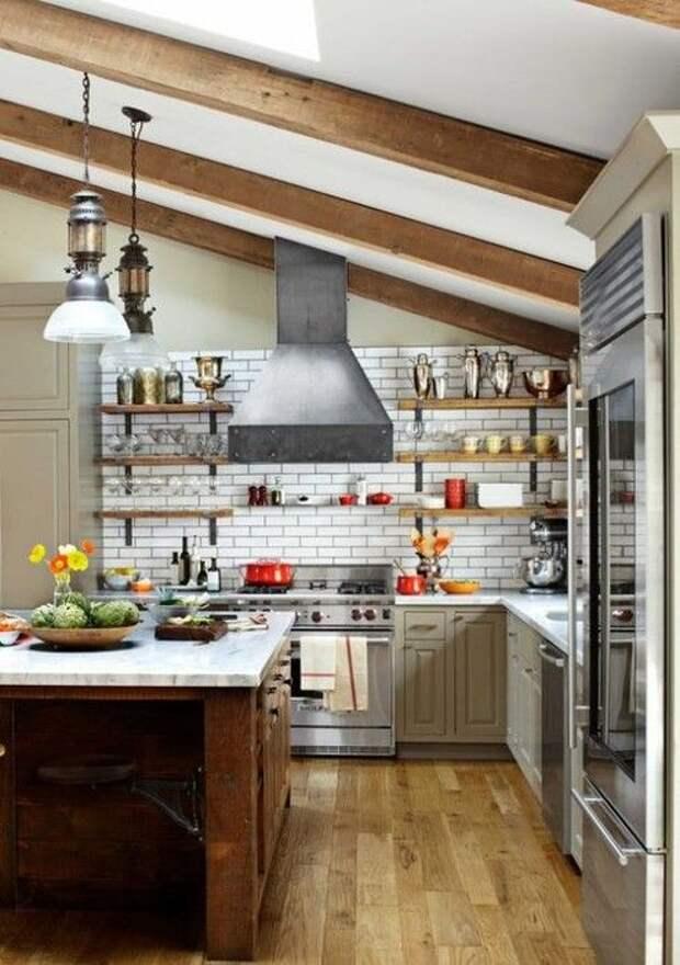 Разместить кухню возможно под крышей дома, что станет прото оптимальным и лучшим решением для декора дома.