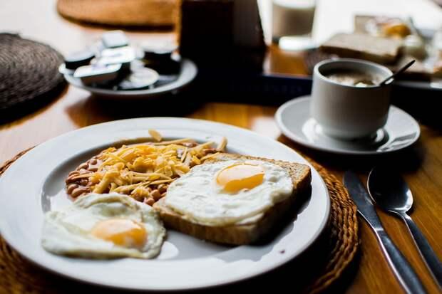 Диетолог назвал идеальное время для завтрака