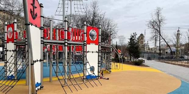 Резиновое покрытие починили на детской площадке на улице Маршала Федоренко