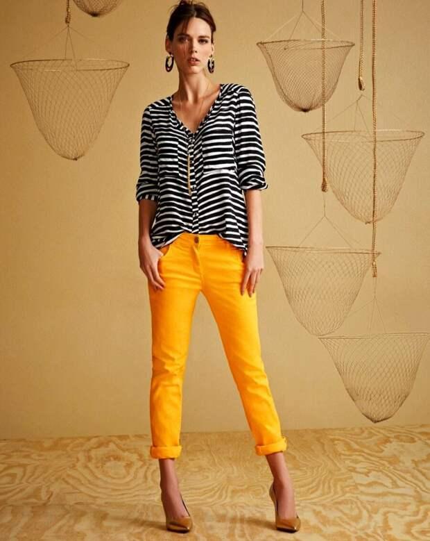 Краски лета — 7 стильных образов с яркими брюками