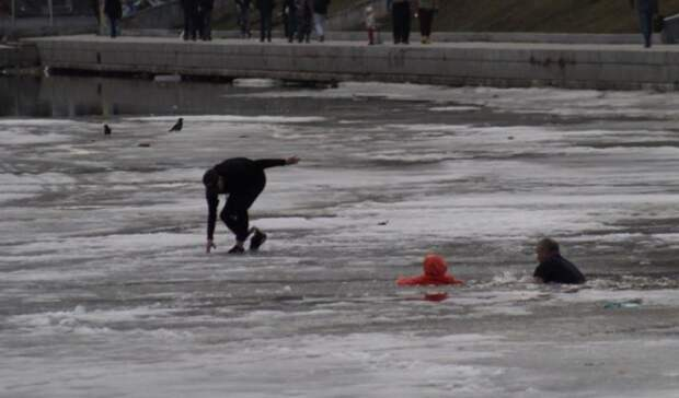 Девочка провалилась под лед наГородском пруду вЕкатеринбурге