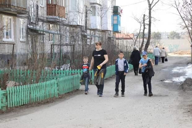 Семьям с детьми школьного возраста выплатят по 10 тысяч рублей на каждого ребенка