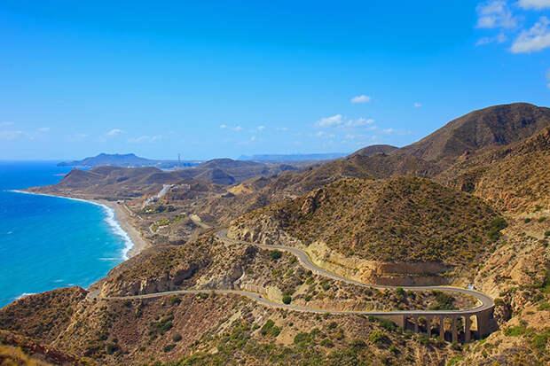 Дорога вдоль скалистого побережья Андалусии, Испания