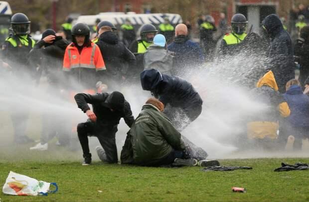 Водометы и конная полиция - почерк либеральных стран