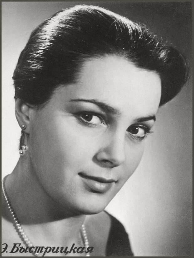 В 1999 году в опросе газеты «Комсомольская правда» Элина Быстрицкая была признана «самой красивой женщиной уходящего века». | Фото: kinomania.ru.