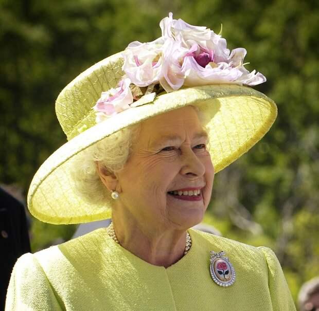 «С меня хватит!»: Елизавета II подаст в суд на принца Гарри и его жену