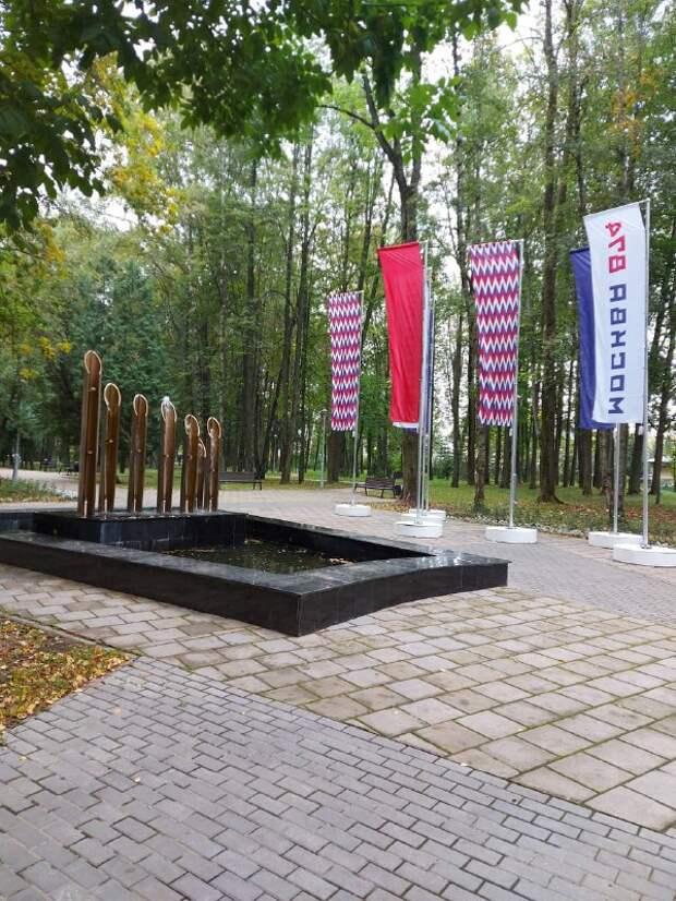 В сквере «Аллея памяти» на 1-й Северной линии установили флаговую инсталляцию