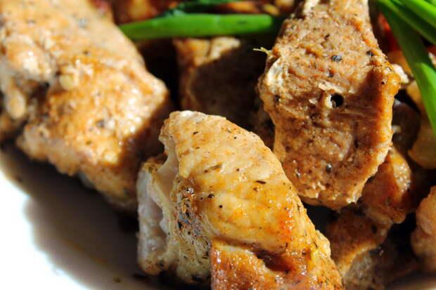 Конечно, ни в какое сравнение с мангалом запеченное в банке мясо не идет, но для дома – прекрасный вариант.