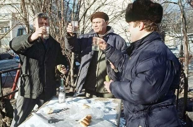 Великий алкогольный почин. Откуда взялся обычай «соображать на троих» СССР, антиалкогольная кампания, страницы истории