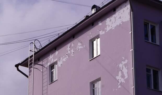 Краска отваливается кусками с фасадов домов в центре Петрозаводска