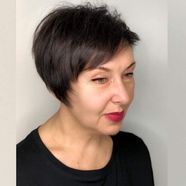 13 вдохновляющих стрижек для леди старше 60 лет на темные волосы 2021
