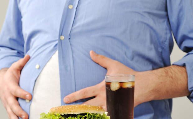 Вредная пища В нашем современном мире уж очень много соблазнов. Мы редко можем отказаться от вкусных продуктов, даже осознавая их вред. Между тем, некоторые ингредиенты джанк-фуда напрямую влияют на производство гормонов. А количество употребляемых калорий превышает дневную норму, что ведет к увеличению жировой прослойки. Она, в свою очередь, становится помехой адекватному производству тестостерона.