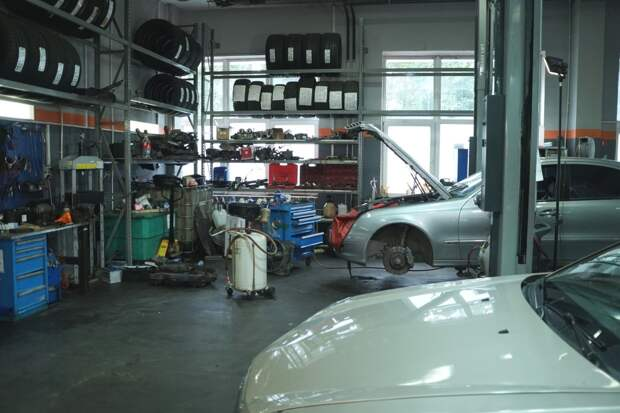 Полиция накрыла гаражную мастерскую по разбору угнанных у петербуржцев авто