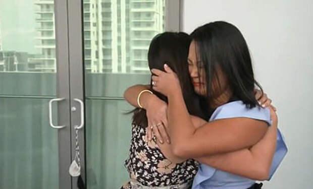 Близняшек усыновили разные семьи и сестры случайно нашли друг друга через 36 лет