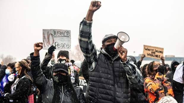 Участники протестов в Окленде крушат витрины и поджигают мусорные баки