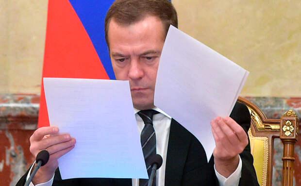 Медведев наказал замглавы Минздрава за публичные высказывания о власти