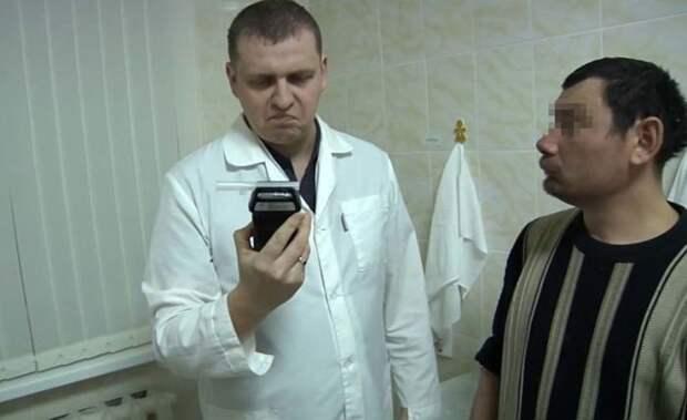 Первый посетитель челябинского вытрезвителя сломал алкотестер (4 фото)