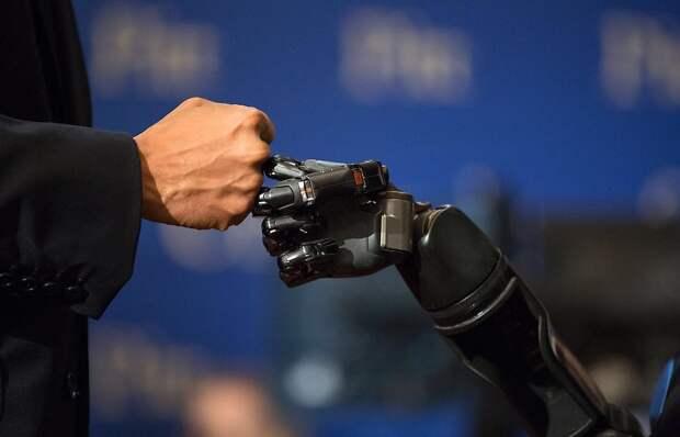 Обама приветствует Нейтана Коупледа, парализованного американца, которому группа специалистов из Медицинского центра при Университете Питтсбурга вернула способность ощущать прикосновения с помощью роботизированной руки и установленных в кору головного мозга электродов.