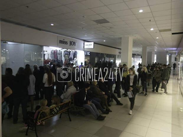 В торговом центре Симферополя на вакцинацию против COVID-19 выстроилась огромная очередь