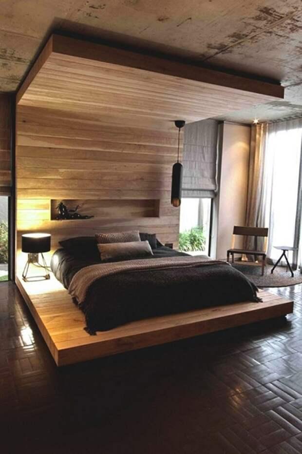 Отменная обстановка в спальной создана с помощью а кровати на деревянной платформе, что выглядит восхитительно.