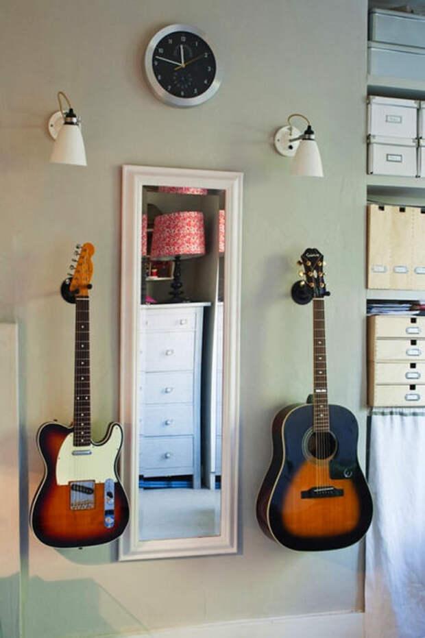 И речь не только о книжных полках. Любые крупногабаритные предметы, вполне можно хранить на стенах.