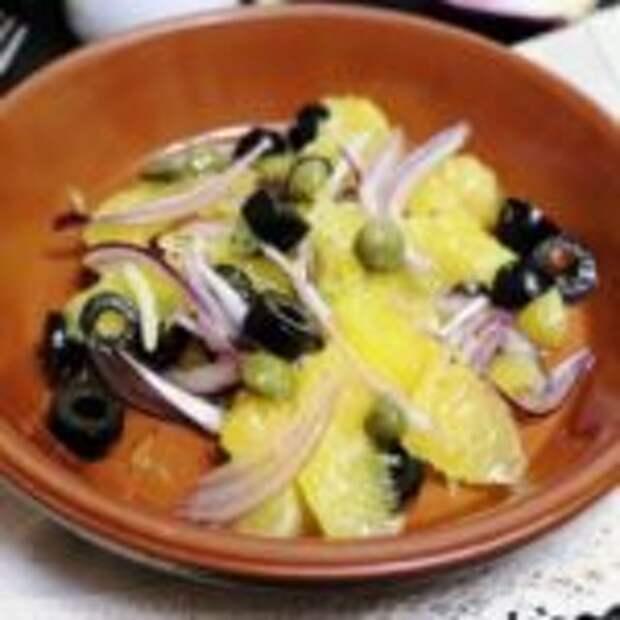Средиземноморский салат с апельсинами, маслинами и каперсами