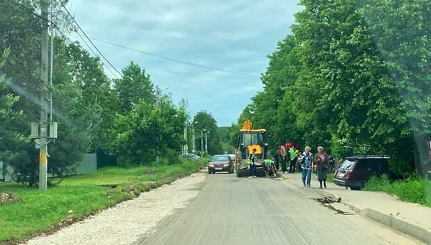 В Климовске начали менять асфальт на подъезде к кладбищу