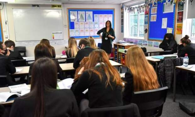 Школьников в Англии освободят от обязанности носить маски в классе