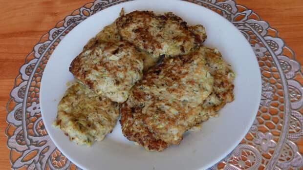 Фото к рецепту: Мясные драники из кабачка с фаршем