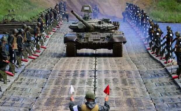На фото: танк Т-62 во время передвижения по понтонному мосту