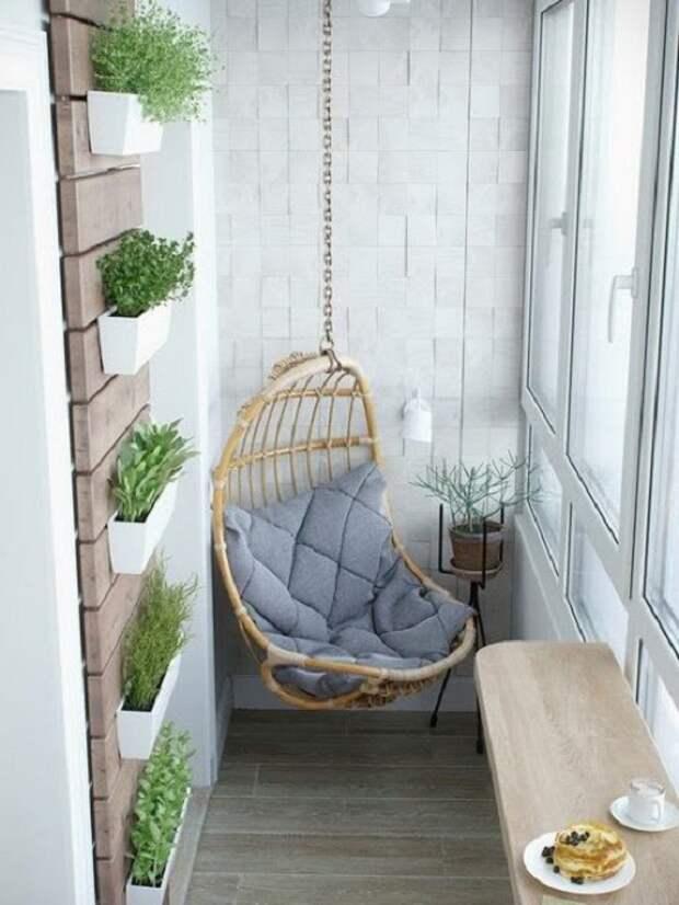 Один из самых лучших решений преобразить балкон при помощи оригинального кресла.