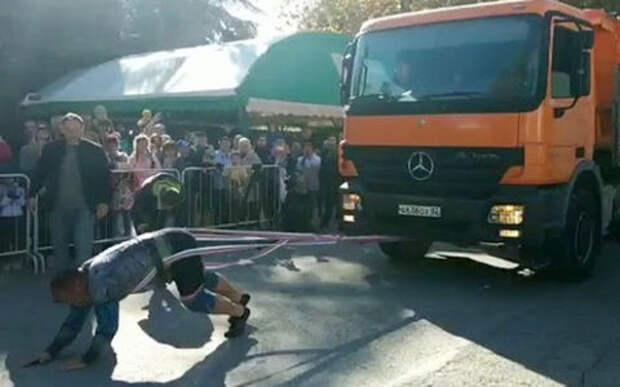 В Крыму российский силач установил новый рекорд по буксировке грузовика