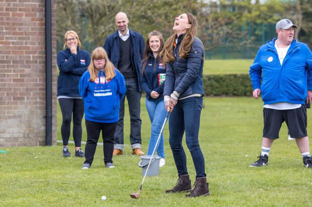 Кейт Миддлтон и принц Уильям посмеялись над своей неумелой игрой в гольф: видео дня