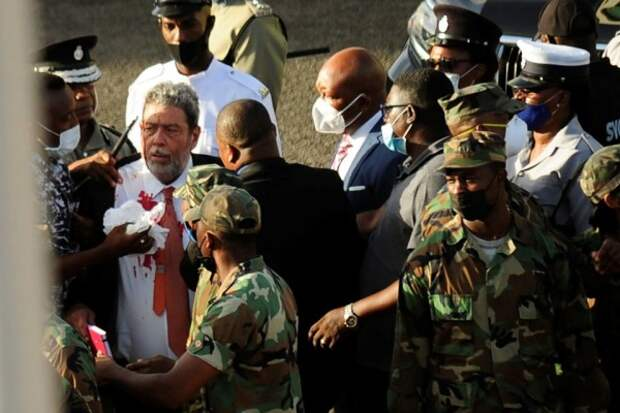 Премьера карибской страны ранили в ходе протестов против обязательной вакцинации