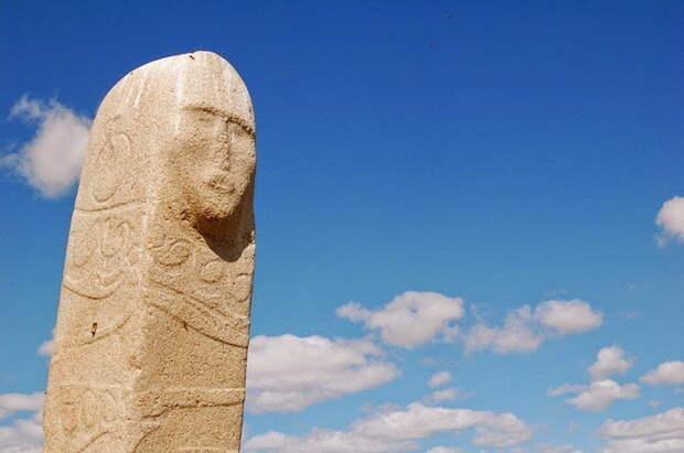 Оленный камень с изображением человеческого лица