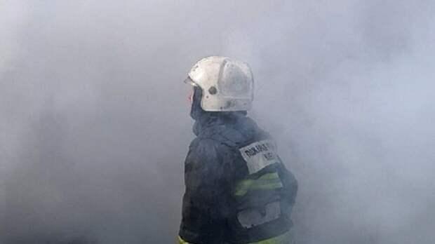 Спасатели пытаются потушить полыхающий ангар в промзоне Екатеринбурга