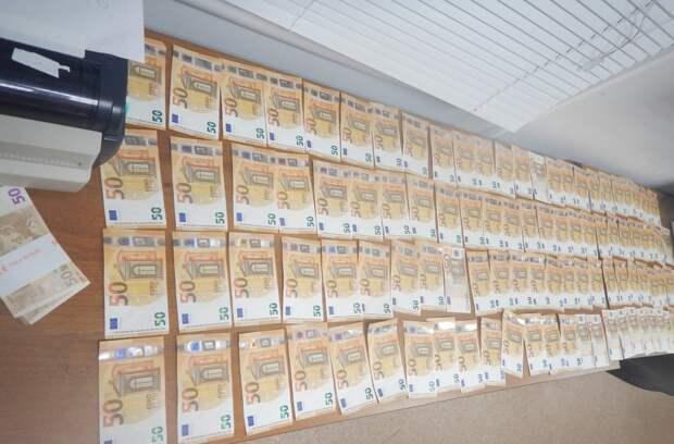 Евро, гривны и рубли: Житель Украины попытался вывезти незаконно из Крыма незадекларированную валюту